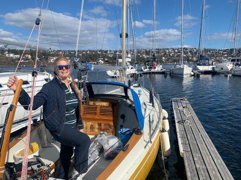 NYTER BÅTLIVET: Anne Berggraf fra Bekkelaget koser seg med seilbåten i havna på Malmøya.