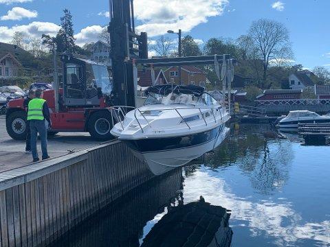 PÅ VEI: Båten til Gunnar Engh fra Ormøya, en Joda 290, heises ned på vannet på Bispebrygga.