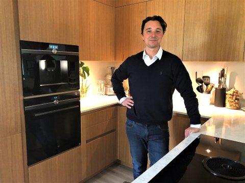 Jean-Baptiste Wadoux har som de fleste andre, tilbrakt mye tid hjemme på Nordstrand de siste syv ukene. Her på kjøkkenet som han har bygget selv. - Jeg er veldig klar for å komme igang igjen, forteller gründeren.