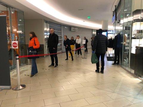 GÅR RASKT: Tross for at køen kan virke lang, sier butikksjef Ebbe Astrup, at køen går for. - Det er vel mer avstanden mellom folk som gjør at den kan virke litt lang, sier han.