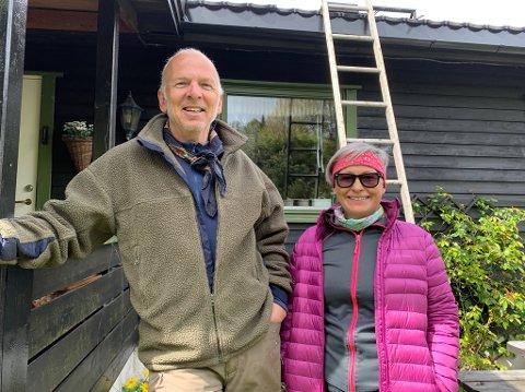 FØLGER MED: Knut Servold og Anne Haga synes det er interessant å følge med på det som skjer i pipa der en laksand har bygget reir. FOTO: Ivar Ruud Eide