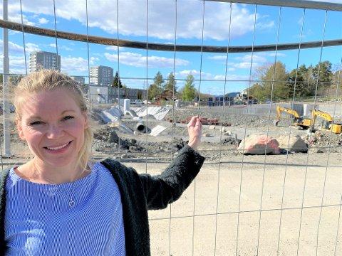 GLAD: Tina Rødahl gleder seg til byggingen starter og nye Manglerud bad og aktivitetshus endelig skal reise seg på byggetomten i Plogveien.