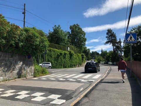 FLYTTES: Gangfeltet her i Nordstrandveien like ved togstasjonen skal få ny plassering i forbindelse med at krysset ved Vingolfveien skal strammes opp.