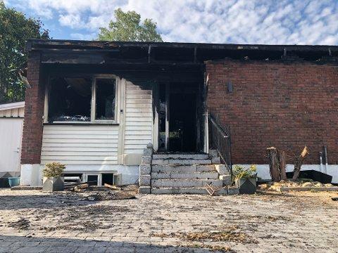 MUNKERUD: Huset på Nordstrand er totalt utbrent og ødelagt etter brannens herjinger på stedet mandag kveld. Brannvesenet jobber fortsatt på stedet og vil holde på en stund til.
