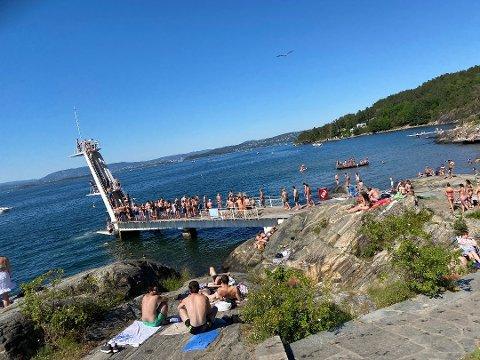 MYE FOLK: Dette bildet ble knipset på Ingierstrand av ØB sist søndag. Med 22 grader i vannet, er det ingen tvil om at folk trekker ned til sjøen i varmen. Men hva med koronaen?
