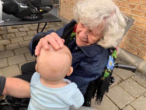 Første møtet mellom fem måneder gamle Jeppe og 100 år gamle Hjørdis Lindboe. Koronarestriksjoner krever sitt av oldemor og oldebarn.