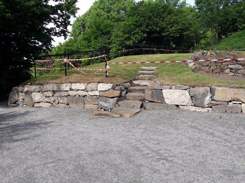 BRUKERVENNLIG KULTURMINNE: Grunnmuren til nedbrente Stubljan herregård er restaurert. Når sperringene tas vekk, er det meningen at området skal brukes som friområde.