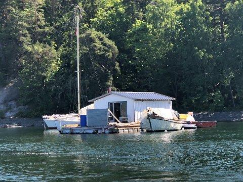 UØNSKET: Oslo kommune vil ha denne husbåten vekk fra Skinnerbukta, der den skal ha ligget siden 2017.