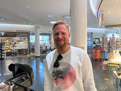 JA TIL GRESSKLIPP: Anders Hakstuen bryr seg ikke om støy fra gressklippere og sier folk må få klippe gresset i hagen.