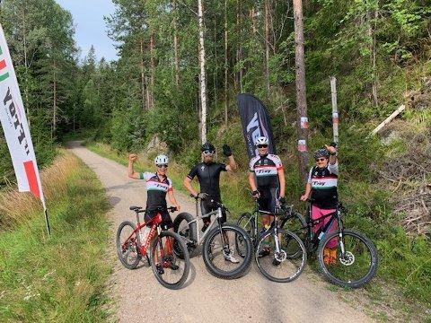SPREKINGER: Fire syklister på startstreken i Østmarka. Fra høyre: Thomas Götz, som syklet opp en gang på el-sykkel uten motor påskrudd. Videre ser vi Steinar Rød Nilsen på en CX, som er en slags landeveissykkel, men med kraftigere hjul. Dernest ses danske Peter Longhi på en blytung «fat bike», som normalt brukes til sykling på snø. Helt til venstre: Berit Benjaminsen på en vanlig MTB. Berit er registrert med 13 turer og Steinar med 10.