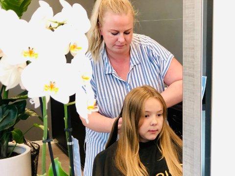 Andrea er klar og frisør Silje Botilsrud kan gå igang.