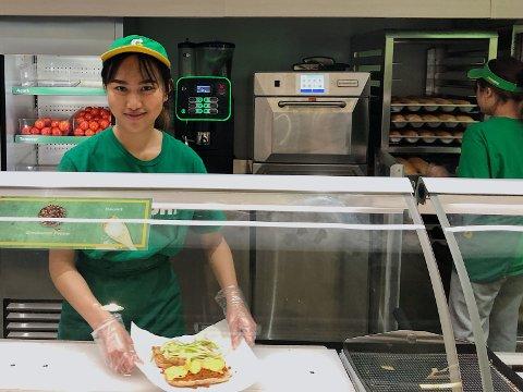 TRIVES: Kanyanut Punna liker best å jobbe på Subway på Lambertseter senter.