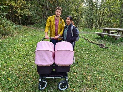 STOLTE FORELDRE: Daniel Czekajlo og Sonia Singh er på tur med tvillingene på fire måneder.