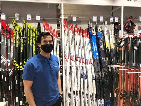 STOR ETTERSPØRSEL: Benjamin Doung har ansvar for blant annet ski- og skøyteavdelingen på Intersport Lambertseter. Han forteller om stor pågang hver eneste dag.