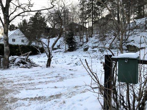 NÅ: Postkassen henger fortsatt på gjerdet, mens den gamle eneboligen i Åsdalsveien 35 er jevnet med jorda.