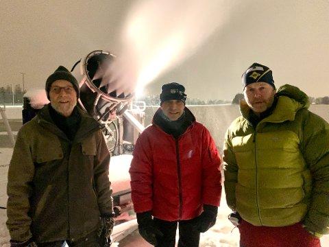 NATT OG DAG: Snøkanonen til BSK har pumpet ut snø døgnet rundt de siste dagene. Her er dugnadsgjengen representert ved Tomm Rustad (venstre), Dag Løken og Tore Bye.