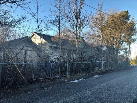GJENGRODD OG FORLATT: Foruten hovedhuset består eiendommen av en garasje. Dette og de neste tre bildene ble tatt sist helg.