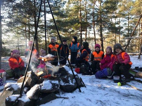 PÅ TUR: Barna er på tur med kohorten sin i Brannfjellskogen. Pedagogisk leder forteller at de er flinke til å være i friluft. –Det er veldig mye lek i skogen og lange turer. Det er viktig hele året, både for barn og voksne.