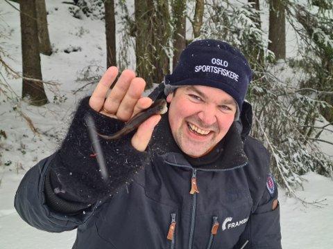 FORNØYD: Anders Wold er like blid selv om abboren han fikk på isfisketuren med Nordstrands Blad ikke akkurat egner seg til middag.