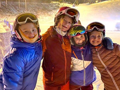 KOSTE SEG: Venninnegjengen Sol Isabel Jacobsen (venstre), Ella Sletterød Tårnesvik, Marie Klaesson og Karla van den Heuvel fra Ljan koste seg på fredagskvelden i Sloreåsen.