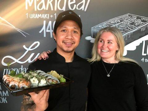 Sushirestauranten Jonathan Sushi på Bryn senter åpnet i 2020, og siden har det gått svært godt. Kjøkkensjefen Jhaye Trinidad (36) og eier Anne Lene Romano (49) er fornøyde.