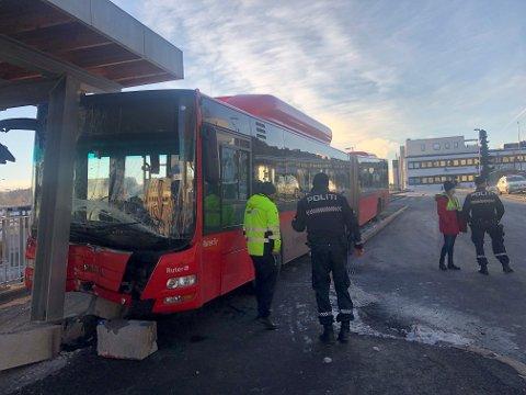 Lørdag formiddag trillet en buss uten bussjåfør eller passasjerer og krasjet inn i T-baneperrongen på Skullerud. Ingen ble skadet.