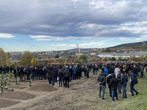 Flere hundre har møtt opp for å delta i begravelsen.