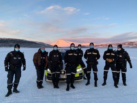 Motiverte og fornøyde deltagere fra Manglerud og Stovner politistasjon i -25 grader på isbanen.