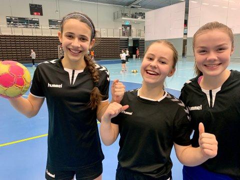 GLADE JENTER: Sara Barbosa (venstre), Ida Heierstad og Hedvig Gratte kunne endelig gå på trening i Nordstrand Arena igjen sammen med lagvenninnene på Nordstrand J2007.