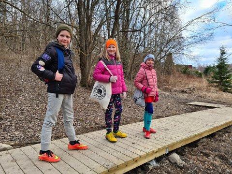 Til venstre ses Eira Boysen, Ingrid Adele Raste Lindholm og Andrea Li Sørensen. Niåringene er på vei til fotballtrening via en oppgradert snarvei. - Det har blitt veldig fint, sier Eira.