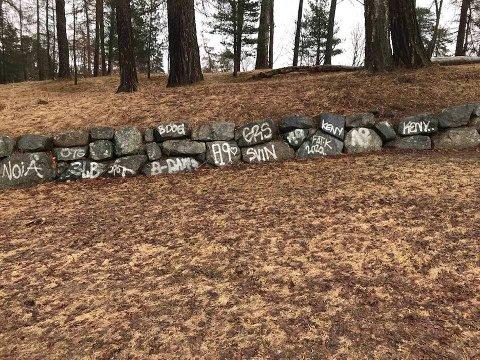 En mur i parken til Nordre Skøyen Hovedgård ble nylig tagget ned.
