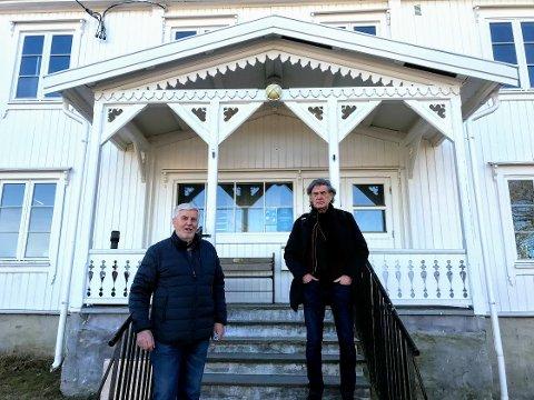 (f.v.) Ragnar Pinslund (74) og Lars Thue (74) er bekymret for at nødetatene ikke skal kunne komme  frem til gården.