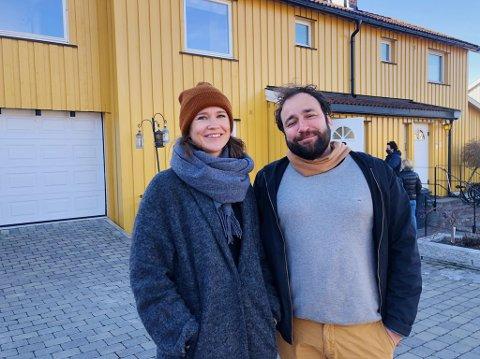 Ida Thomassen og Arvinn Gadgil er blant de 30 som er på visning i Brannfjellveien 63B søndag.