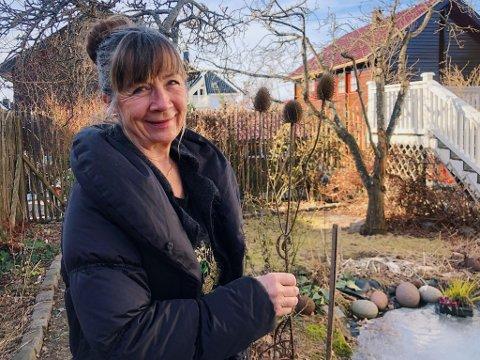 Nå er dammen frosset til is, men snart vil Hilde Olafsen gjøre i stand fiskens hjem med selvdyrkede blomster.