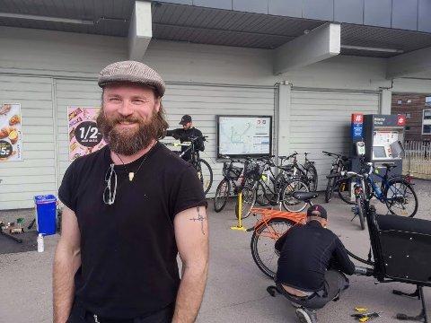 Ivar Örn Sverrisson (44) har sammen med kolleger fikset over 50 sykler utenfor Bøler T-bane.