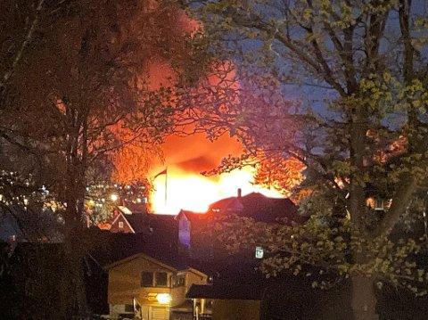 OVERTENT: Hytta på vestsiden av Lindøya ble Raskt overtent.