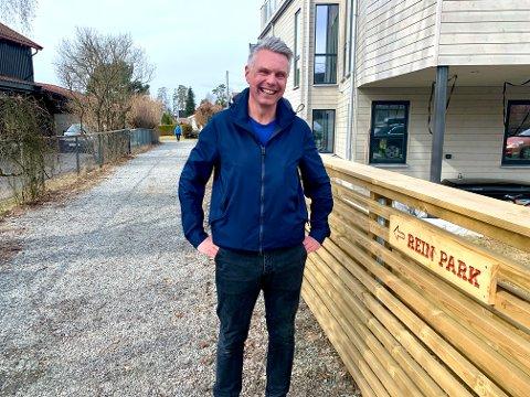 FORNØYD: Asle Rein fra Nordstrand er fornøyd med skiltene han har skrudd opp ved to av inngangene til parken bak Sæter Torg.