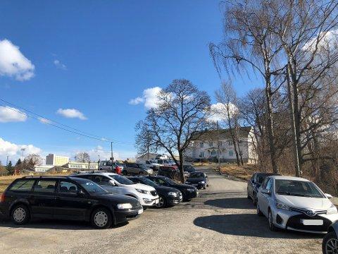 Mange parkerer ulovlig på området rundt Lambertseter gård, fritidshuset og veien opp fra Langbølgen.