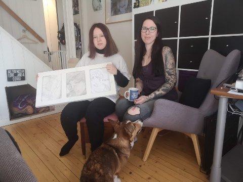 (f.v.) Yasmine Jorskogen (11) viser frem en ramme hun fant hun kunne ha tegningene sine i. Krakken hun sitter på var også et funn. Stolen Kristine Jorskogen (34) sitter i fant hun også gratis. Hunden Gin (8mnd.) følger nøye med!