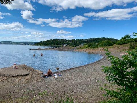 SYDSTRANDA: Stranden har både sandtrand, brygge og svaberg.