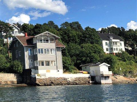 Det grå huset i Mosseveien 201C har stått tomt siden det ble kjøpt av Oslo kommune i 2019. Mosseveien 203 (t.h.) har stått tomt siden januar 2020.