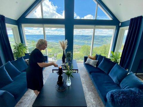 Den mørkeblå stua har panoramautsikt til den like mørkeblåe Mjøsa. - Sommer er min favorittårstid. Uten tvil, sier Therese.