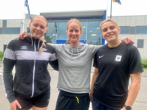NYE FJES: Trener Jeanette Røhmer med to av de fem nye spillerne til NIF - Silje Nilsen (venstre) og Maja Brandbu Andersen