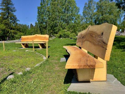 Benkene er nå til glede for turgåere og andre besøkende på lekeplassen.