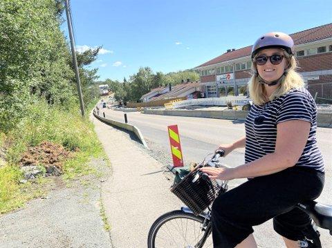 Johanne Schøyen fra Østensjø sykler ofte i Enebakkveien på Abildsø. Hun gleder seg veldig til arbeidet er ferdig og sykkelfeltet åpner opp.