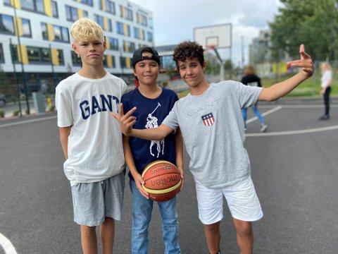 Max (13), Niklas (14) og Bilal Hugo (13) er på basketballbanen tre-fire ganger i uken.