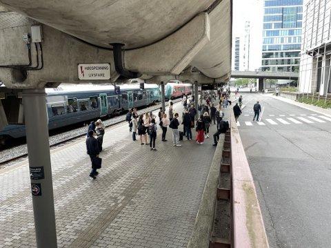 Passasjerer ventet på buss for tog på Oslo S under morgendagens togstans.