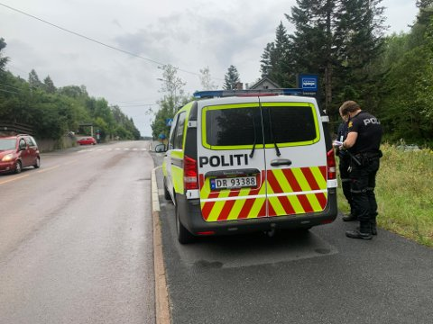Politiet var fortsatt på stedet en time etter at hendelsen hadde skjedd mandag kveld. Foto: Emma Magdalena Nedregotten Glimstad/Avisa Oslo