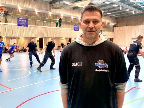 BRENNER FOR BASKET: Coach Darko Lukic står bak basketcampen i Oppsal Arena hvor det i dag var en showkamp mellom politiet og barna.