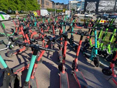 KAOS: Slik så det ut på Tjuvholmen tidligere i vår. Nå har kommunen strammet inn kraftig på antall elsparkesykler i byen.